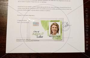 carte badge plastique pvc embalée et collée sur une lettre en-tête personnalisée