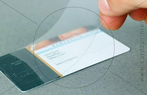 Exemple de la pose d'un overlay (protection adhésive) sur un carte pvc