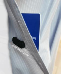 porte badge barrette adhésive aimantée porté avec une chemise en exemple